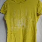 Фирменная футболка горчичного цвета размер М