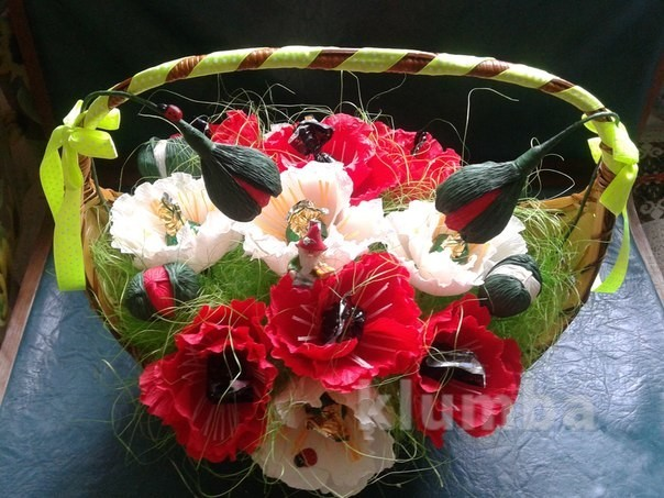 Цветы из гофрированой бумаги с конфетами.сладкий подарок !!! фото №1
