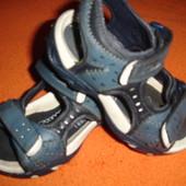 Босоножки фирменные Clarks для мальчика в состоянии новых на 28.5 размер