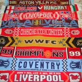 Фірмові футбольні шарфи.