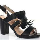 Женские босоножки на толстом каблуке черного цвета