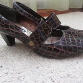Туфли женские на каблучке кожаные
