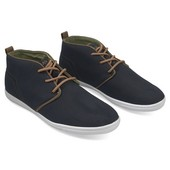 Темно-синие спортивные туфли на белой подошве