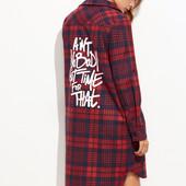 Асимметричное клетчатое платье-рубашка с текстовым принтом