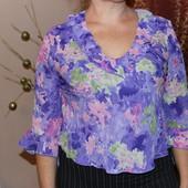 Яркая женская сиреневая блуза с цветами
