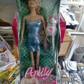 Кукла в коробке с украшениями