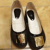 Балетки туфли с перфорацией кожаные кожаные на высокой подошве Versace.  Натуральный лак, кожа.черн