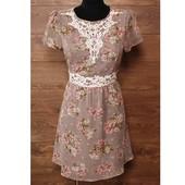 Эффектное платье с флористическим принтом и кружевными романтичными элементами