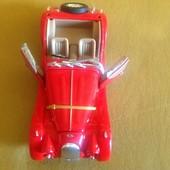 Металлическая модель машины, красная