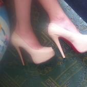 Бежевые туфли Christian Louboutin.