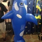Большие надувные дельфины