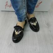 Замшевые и кожаные туфли с декором