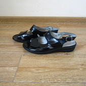 Waldlaufer р.39-40 шкіряні лакові босоніжки сандалі