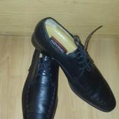 черные классические туфли узкие