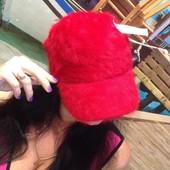 Стильная,красная ангороавая  кепка