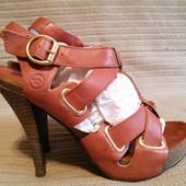 Очень красивые открытые кожаные босоножки на высоком каблуке Bronx 37