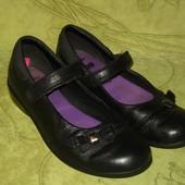 Школьные туфли Clarks 31.5 р-р стелька - 21 см, в прекрасном состоянии, нат.кожа. 230 грн.