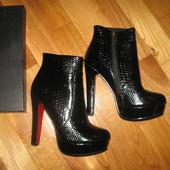 Черные ботинки ботильоны на каблуке 39 размера, по стельке 25,5. Рептилия.Осень