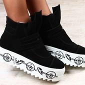 Зимние замшевые ботинки, черные на толстой белой подошве