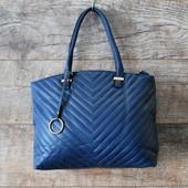 Стильная синяя женская стеганная сумка с подвеской купить недорого