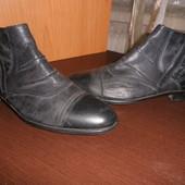 Чорні чоловічі черевики.