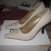 Продам туфли женские на каблучке беж фирменные
