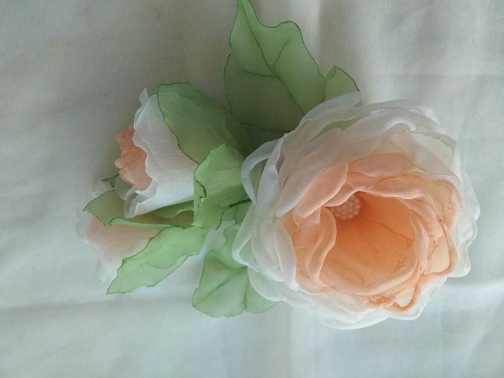 Заколка из шифона ручной работы,  цветы из шифона и атласных лент фото №1