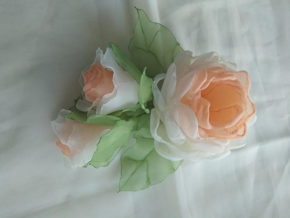 Заколка из шифона ручной работы,  цветы из шифона и атласных лент фото №2
