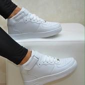 Белые высокие кроссовки в стиле форсов