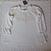 Блузочка Next с кружевной вышивкой, рр 3-4 года (104 см), в наличии.