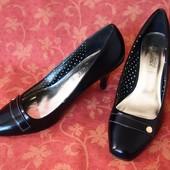 Женские туфли размер 38, б/у. Кожзам. По стельке 25 см. Каблук 8 см. Хорошее состояние.