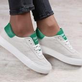 Женские кеды, замшевые, песочного цвета, с кожаными вставками зеленого цвета, на белой подошве, на ш