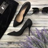 Изысканные туфли-лодочки классического фасона из искусственной замши с фактурной кожаной отделкой  S