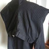 Діловий новий темно-сірий костюм у полоску.