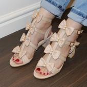 Босоножки бежевые на каблуке
