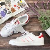 Трендовые сникеры Adidas c контрастными вставками и декоративным швом  SH2956