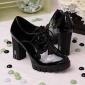 Стильные лаковые женские туфли на каблуке
