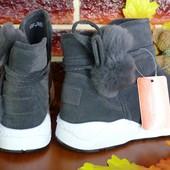 Утепленные ботиночки спортивного стиля.
