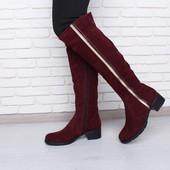 Высокие замшевые сапоги бордового цвета.