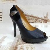 Шикарные туфли-босоножки с открытым носком.
