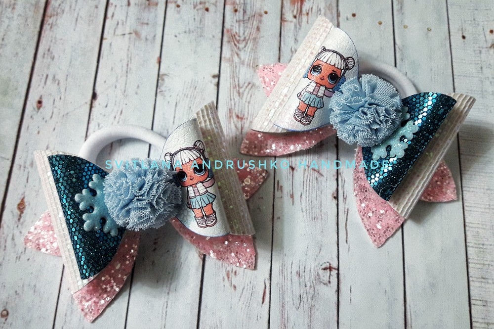 Банты из экокожи со снежками из фатиновых помпонов фото №1