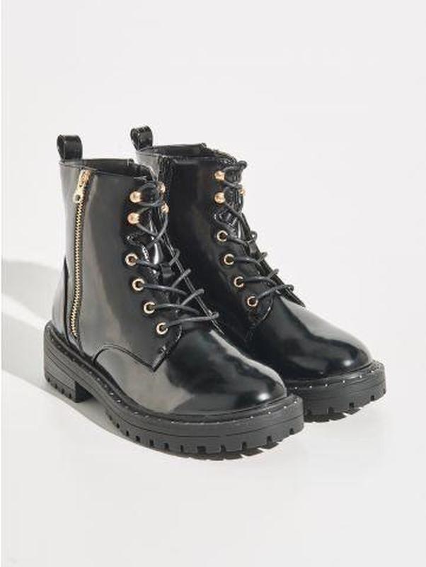 Демисезонные лаковые ботинки на шнуровке фото №1