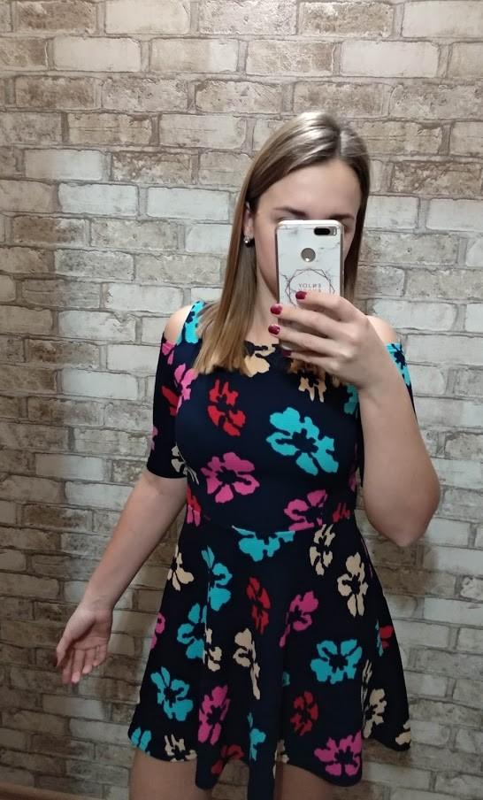 Платье в цветочек с открытыми плечами фото №1