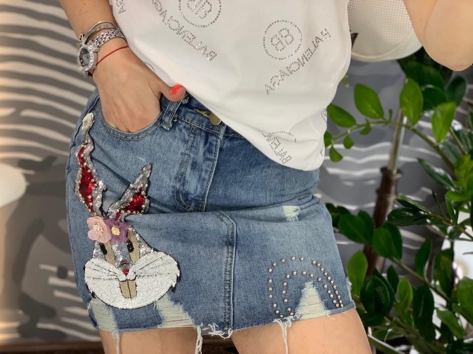 Модная джинсовая юбка с аппликацией банни фото №1