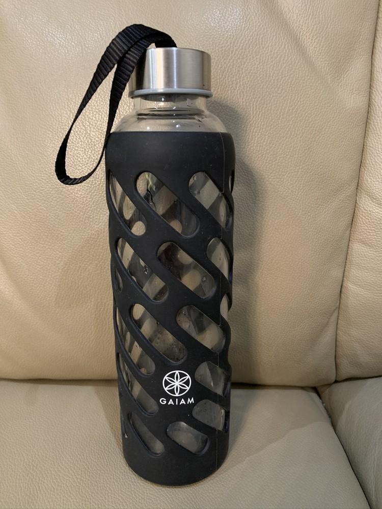 Стеклянная бутылка в резиновом чехле фото №1