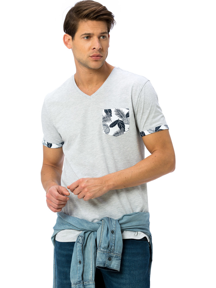 Серая мужская футболка lc waikiki / лс вайкики с цветочным принтом на кармане и манжетах фото №1