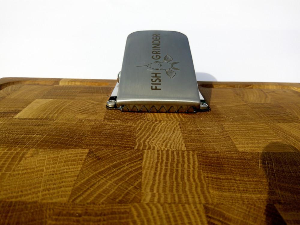 Торцевая дубовая доска с зажимом для чистки рыбы fish grinder фото №1